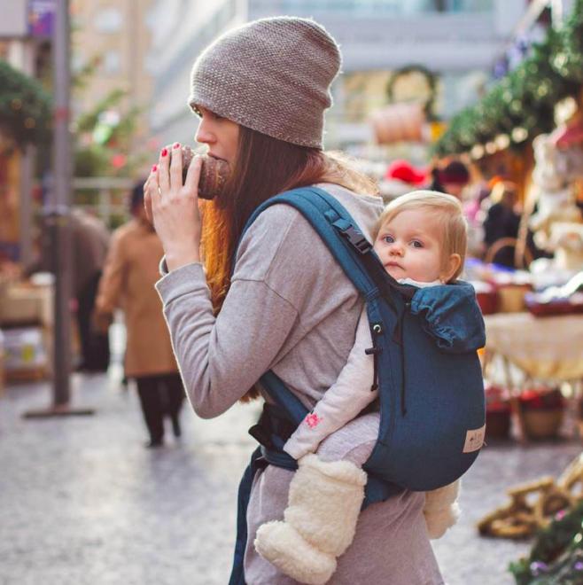 Le confort du Storchenwiege® BabyCarrier est complété par un appui intégré  pour la tête et une capuche. De plus, la partie dorsale peut être réglée  dans la ... d1b2e9022dd